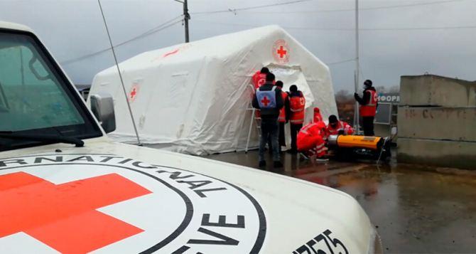 На КПВВ «Станица Луганская» установили шатер Красного Креста вместо сгоревшего