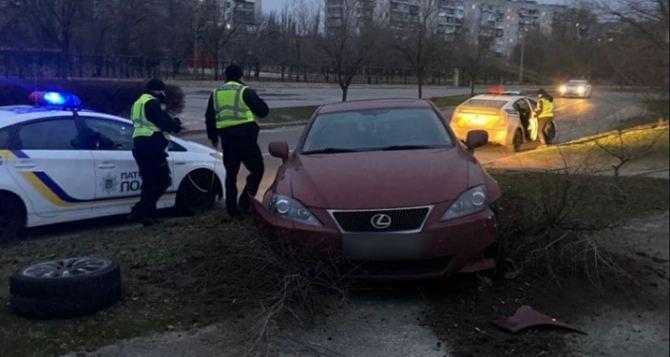 Рано утром в Северодонецке «Лексус» влетел в дерево так, что отпало колесо. ФОТО