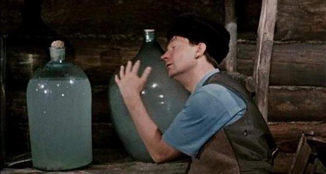 Луганские полицейские изъяли более 300 литров алкогольной закваски и почти 70 литров самогона