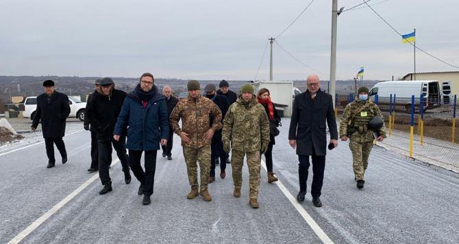 КПВВ «Золотое» посетили послы Венгрии, Чехии, Словакии и Польши. ФОТО