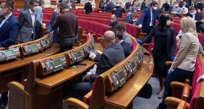 Чтобы хватило голосов на Закон «Об особом статусе», нардепов отозвали с заседания Трехсторонней Контактной группы