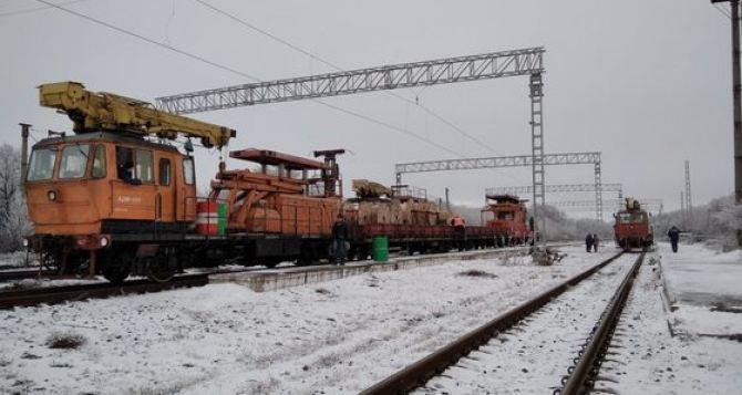Железнодорожники восстановили  контактную электросеть от Мануиловки до Дебальцево. Будет снова ходить электричка. ФОТО