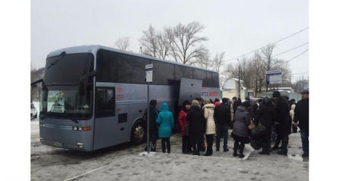 Луганчанина задержали за незаконные автоперевозки людей из Луганска в Харьков черезРФ и конфисковали десятки банковских карточек луганских пенсионеров