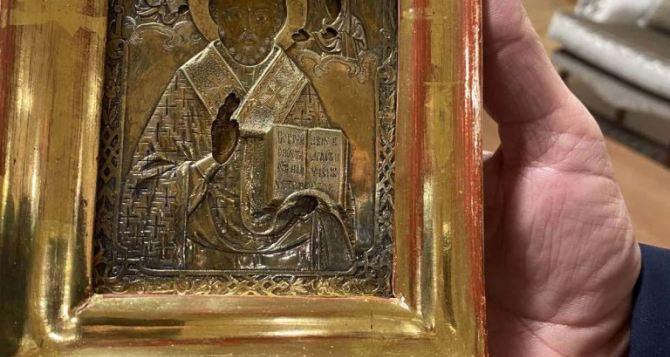Скандал продолжает разгораться вокруг 300-летней позолоченной иконы из Луганска, подаренной Лаврову