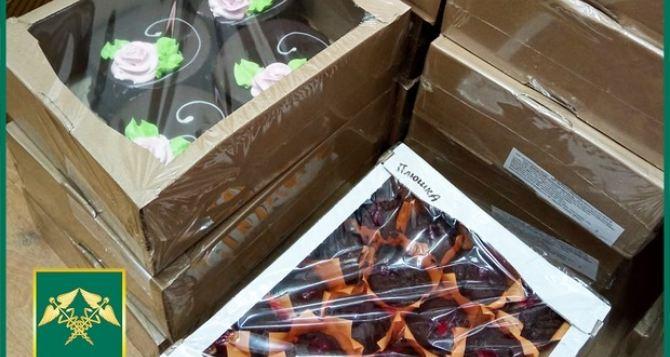 На государственной границе между Донецком и Луганском задержали грузовик с плюшками и пирожными. ФОТО