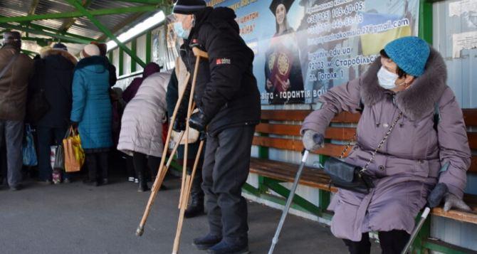 «Я шел и плакал»— пенсионеры Луганска рассказали, как они пересекали КПВВ в Станице Луганской. ФОТО