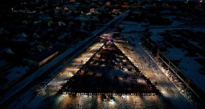В Луганске создали новогоднюю елку из 120 автомобилей. ФОТО