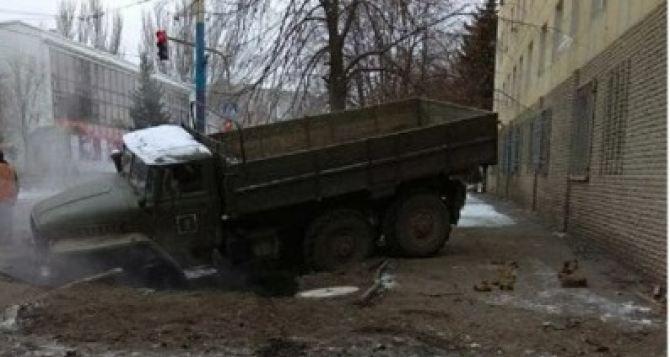В Луганске военный грузовик провалился под землю и повредил теплотрассу. ФОТО