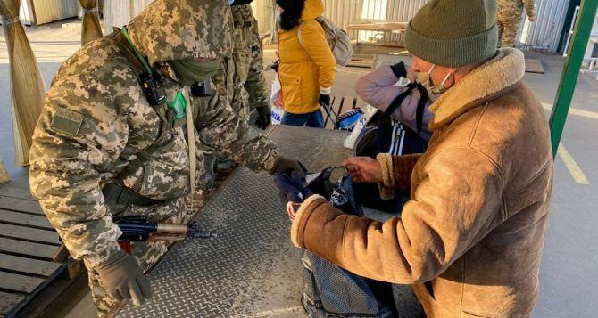 На КПВВ «Станица Луганская» у жителя Красного Луча отобрали 150 тысяч долларов США. ФОТО