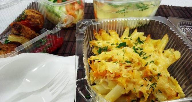 В Луганске разрешили круглосуточно работать доставщикам еды. Рестораны принимают гостей только до 19 часов