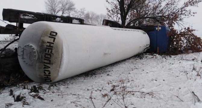 2020 год не хочет уходить. Под Луганском перевернулся бензовоз с 12 тоннами пропана. ФОТО