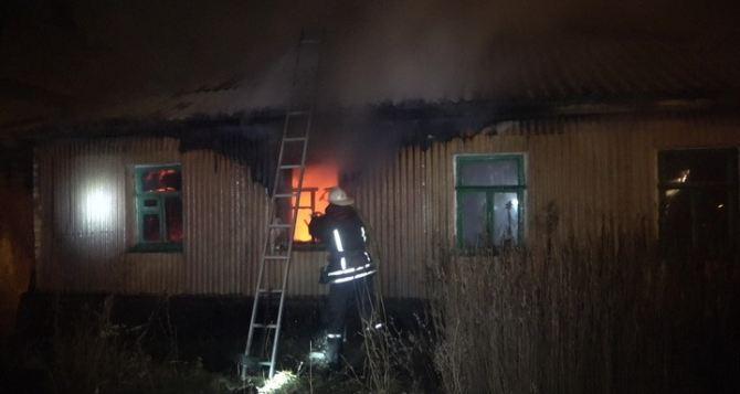 В Луганске пассажир такси и две продавщицы вынесли из горящего дома 67-летнего инвалида