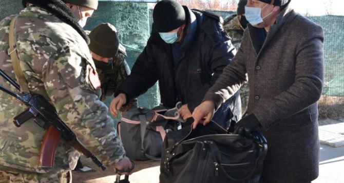 На КПВВ «Станица Луганская» у мужчины забрали иконы, Псалтырь и книгу «Лукреций о природе вещей»