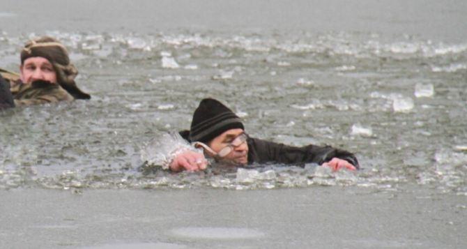 В Донецке под лед провалились два мужчины