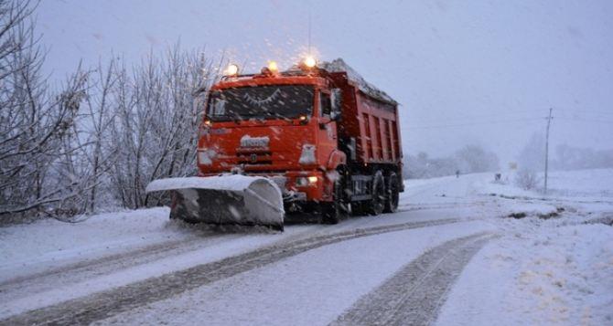 Дороги из регионов в Луганск чистят 42 единицы техники