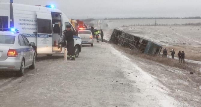 РИА «Новости» сообщает, что автобус, который перевернулся в Ростовской области, направлялся в Луганск