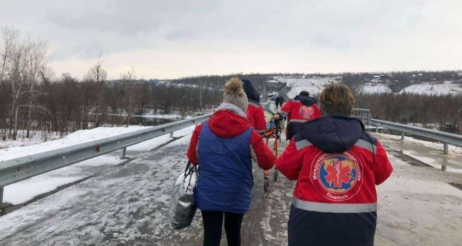 Как через КПВВ «Станица Луганская» перевезти лежачего больного. ФОТО