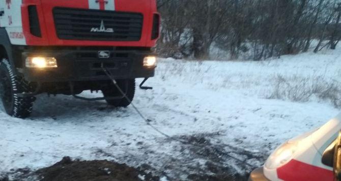 В Новоайдарском районе спасатели вытащили застрявшую в снегу скорую помощь