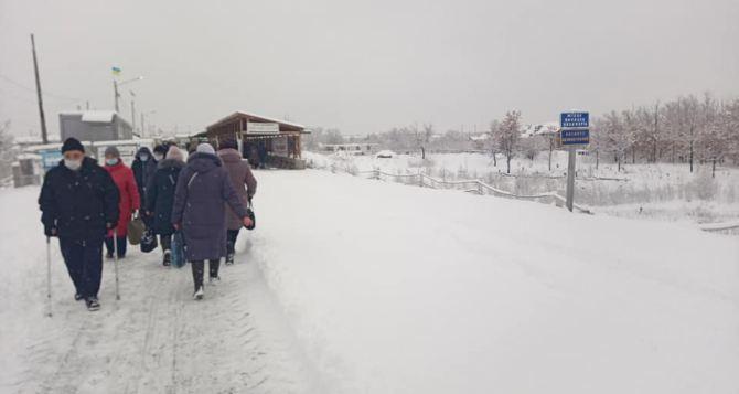В субботу через КПВВ в Станице Луганской резко упал поток людей из-за мороза