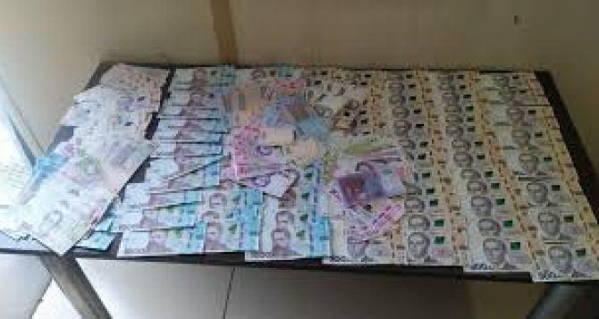 Изъятые на КПВВ доллары вернули жителю Донбасса по решению суда