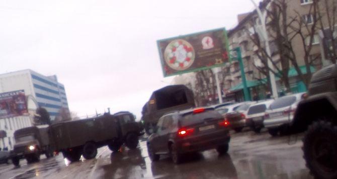 В центре Луганска колонна военной техники перекрыла движение. ФОТО