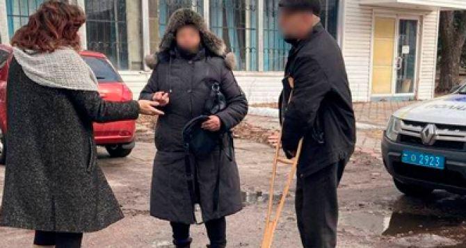 Жительница Донбасса вернула пенсионеру сумку с 33 тысячами гривен, которую дедушка забыл в банке. ФОТО
