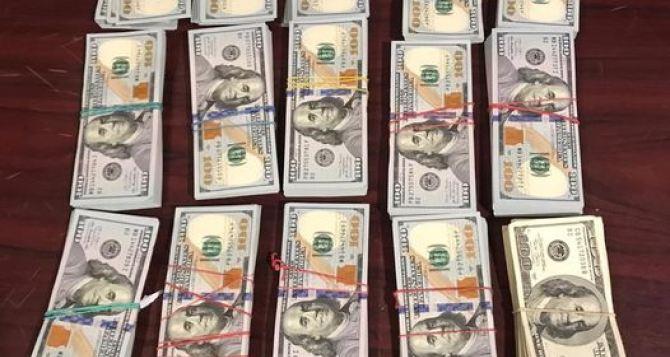 Забрали 150 тысяч долларов и оштрафовали на 170 гривен за перемещение валюты через КПВВ