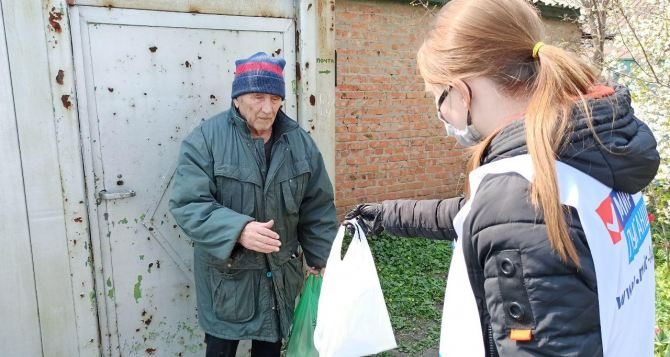 Волонтеры продолжают помогать находящимся на самоизоляции пожилым жителям Луганска