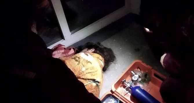 Луганские спасатели вынесли из пожара двух пьяных жителей многоэтажки в квартале Якира