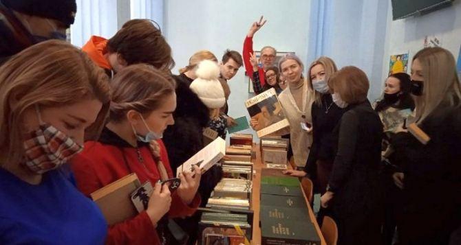 В Луганском вузе всем желающим дарили книги