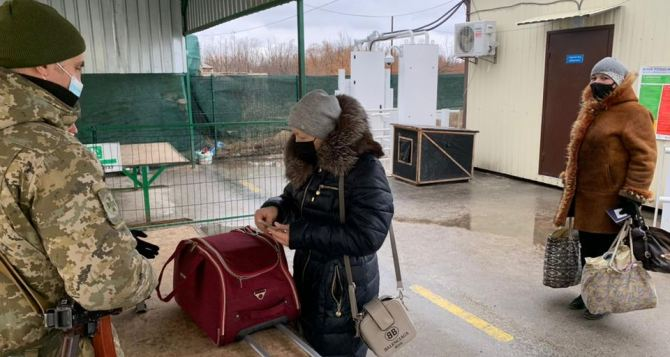 Луганчане, прошедшие КПВВ «Станица Луганская», рассказали про ужесточение досмотра вещей и про вопросы о красном паспорте