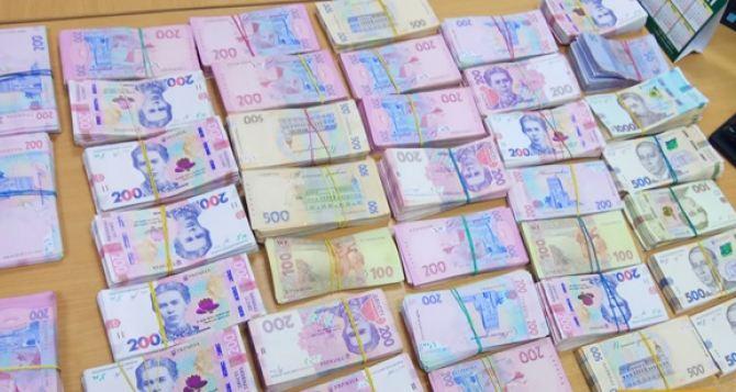 На пункте пропуска в Изварино луганчанин лишился почти миллиона гривен.