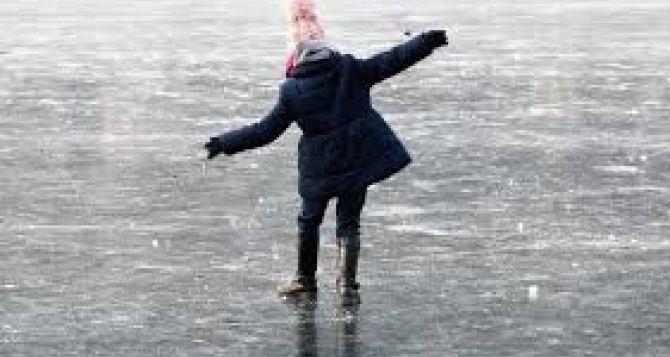 Трагедия в Алчевске. Две школьницы провалились под лед. Спасти удалось только одну