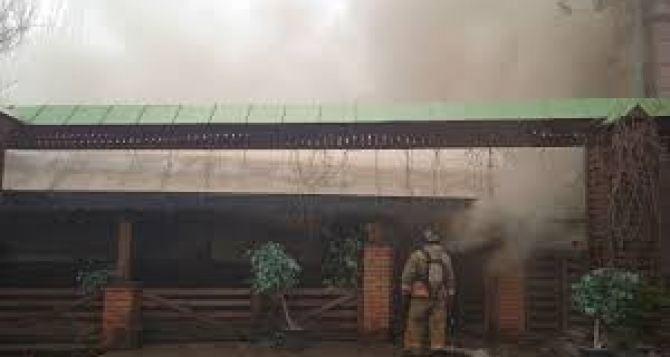 В центре Донецке горит культовый паб «Свинья». ФОТО