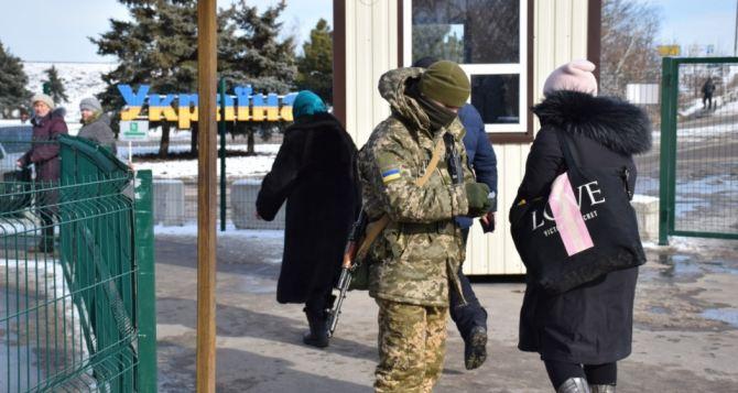 Как пропускают людей через КПВВ «Станица Луганская» и «Новотроицкое». Пограничники разместили ВИДЕО