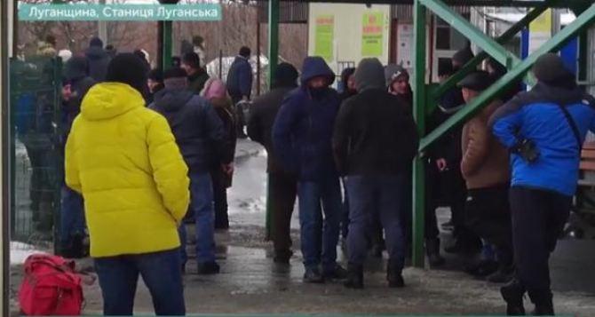 На КПВВ «Станица Луганская» полиция задержала мужчин, которые за деньги устанавливали пенсионерам мобприложение «Вдома»