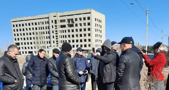Группа народных депутатов осмотрела дома для переселенцев в Рубежном и Кременной