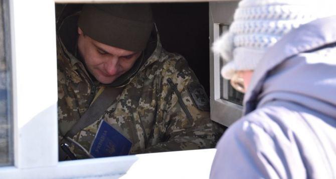 На КПВВ под Донецком итальянцу отказали в страховании от коронавируса из-за возраста