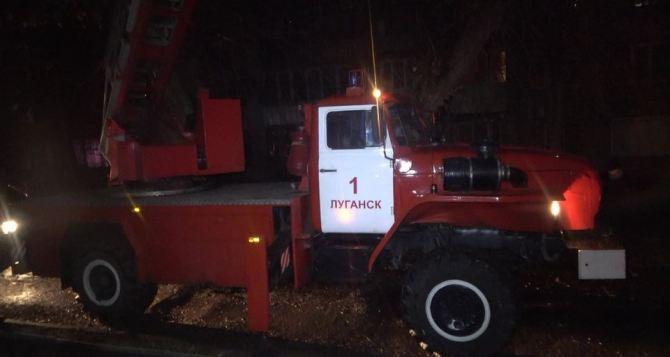 На юге Луганска горела многоэтажка. Два человека погибло