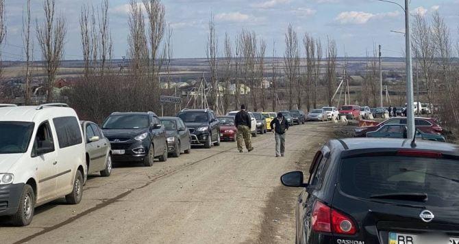 Ужас на Чертково— Меловое. Украинские пограничники держат людей в очереди более 7 часов. ФОТО