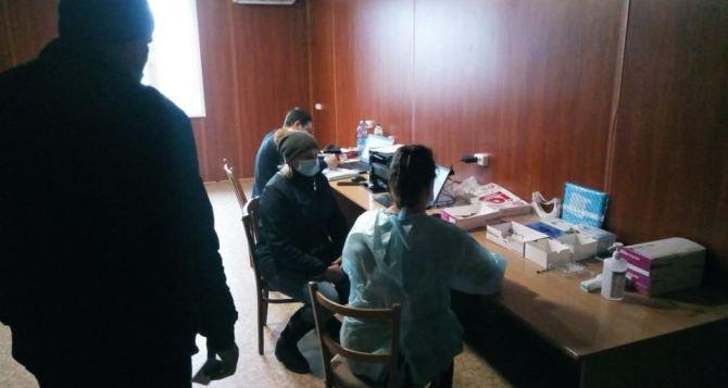 С пятницы на КПВВ «Станица Луганская» сделать бесплатно экспресс-тесты смогли только 7% прибывших на пункт пропуска