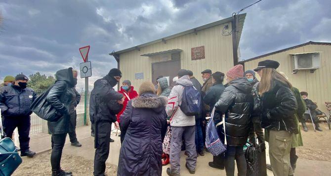Дело чуть не дошло до драки. На КПВВ «Станица Луганская» бесплатное тестирование организовано отвратительно. ФОТО