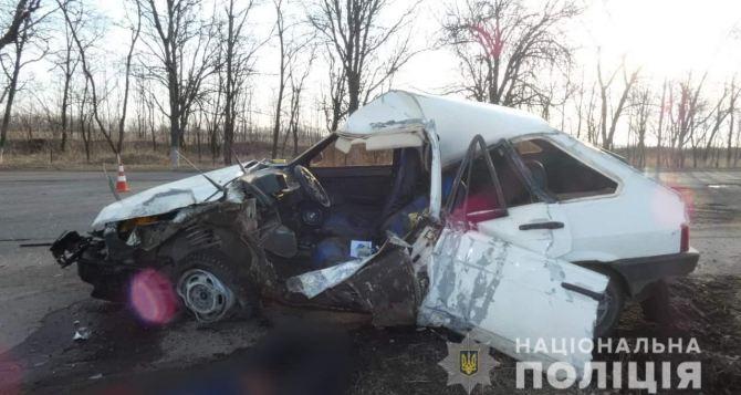 На Луганщине автомобиль врезался в дерево, водитель погиб, пассажирка отделалась испугом. ФОТО