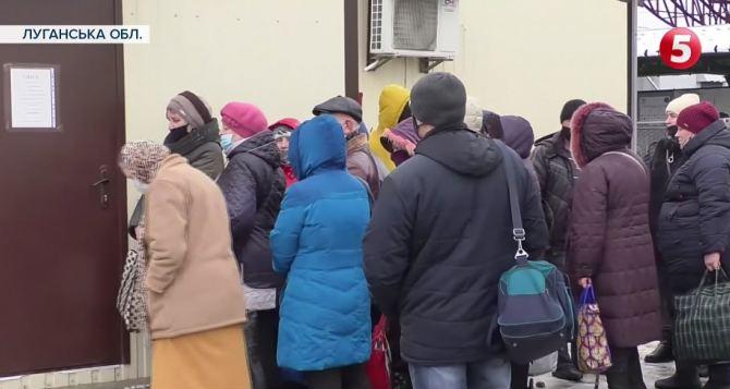 Очередной скандал на КПВВ «Станица Луганская». Медикам, которые делают бесплатные экспресс-тесты на COVID, не платят зарплаты. ФОТО