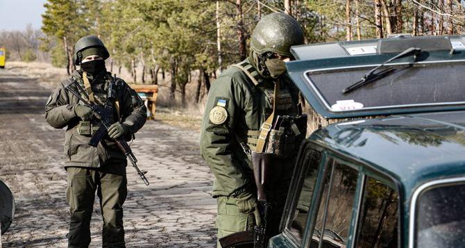 В Рубежном мужчина бросил гранату в полицейский наряд и скрылся. ФОТО