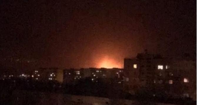 Ночью на северо-восточной окраине Луганске прогремел мощный взрыв, небо озарила яркая вспышка