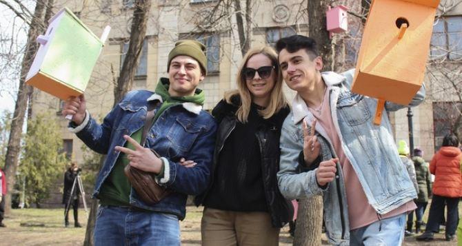 Птицы возвращаются домой: в Луганске студенты провели флешмоб. ФОТО