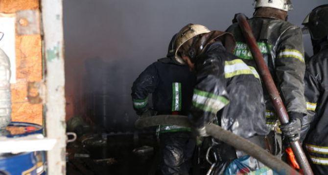 В Луганске при пожаре строительного магазина погиб человек