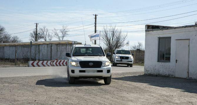 Наблюдатели ОБСЕ впервые обнаружили на Донбассе электрические ограждения установленные у дороги