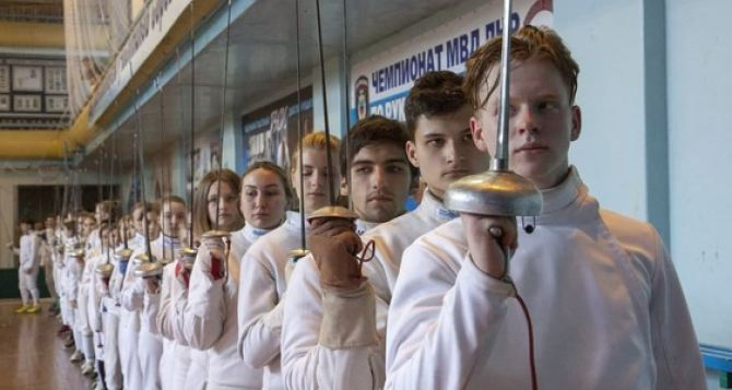 В Луганске более 100 спортсменов приняли участие в чемпионате по фехтованию. ФОТО